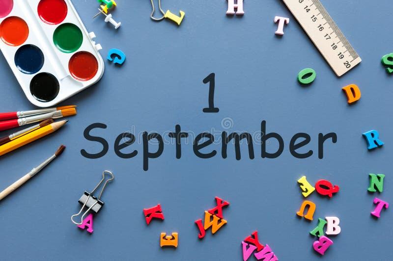 1st Wrzesień Wizerunek Wrzesień 1, kalendarz na błękitnym tle z biurowymi dostawami tylna koncepcji do szkoły zdjęcia royalty free