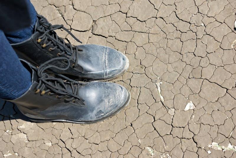 Stać na zmielonych pęknięciach na suchej kultywującej ziemi fotografia royalty free
