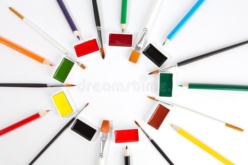 Stałe akwareli niecki z różnorodnymi farb muśnięciami i barwionymi ołówkami fotografia royalty free