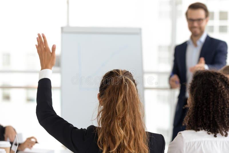 Stażowa uczestnik podwyżki ręka pyta pytanie przy pracownika drużynowym warsztatem obrazy stock
