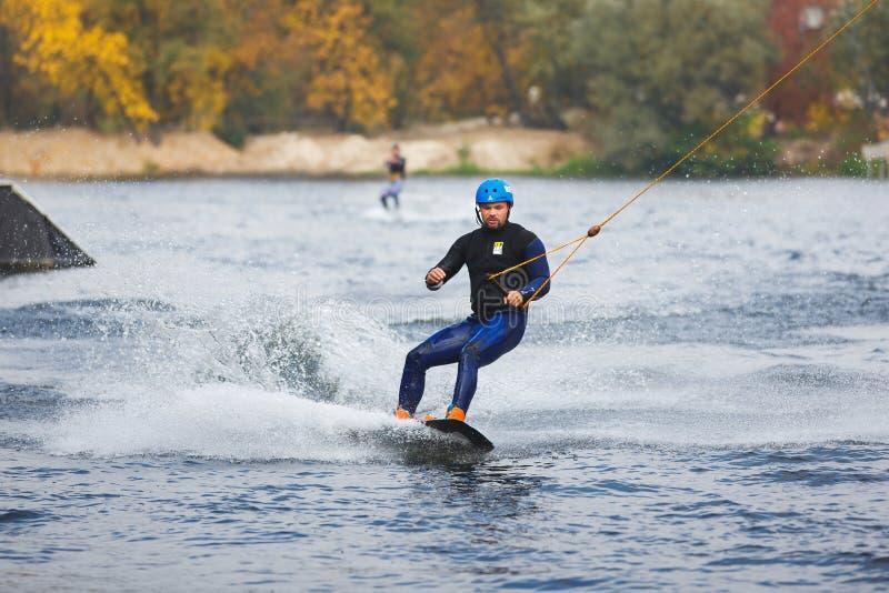Stażowy surfingowiec na jeziorze zdjęcie royalty free