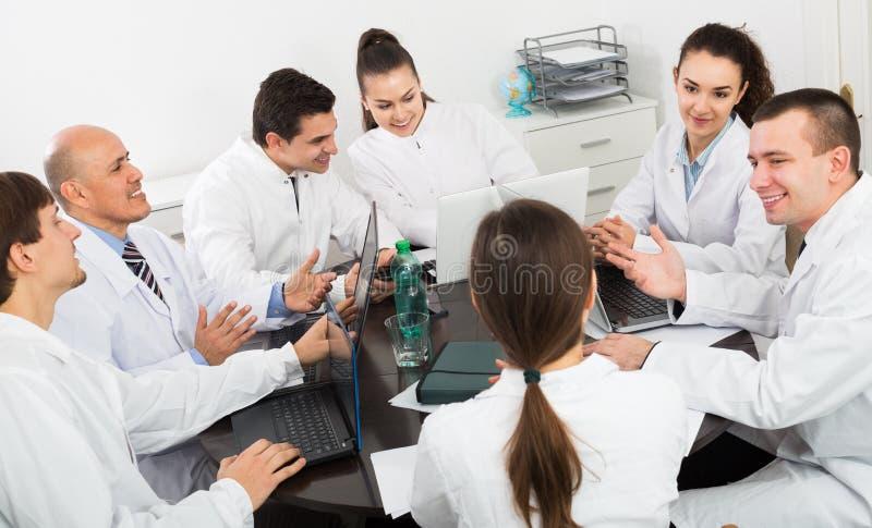Stażyści i profesor przy szpitalnym spotkaniem obraz stock
