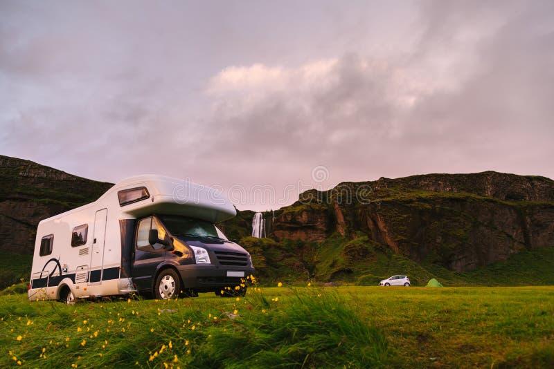 Sta-caravan in een Toneel Ijslands Kampeerterrein royalty-vrije stock afbeeldingen
