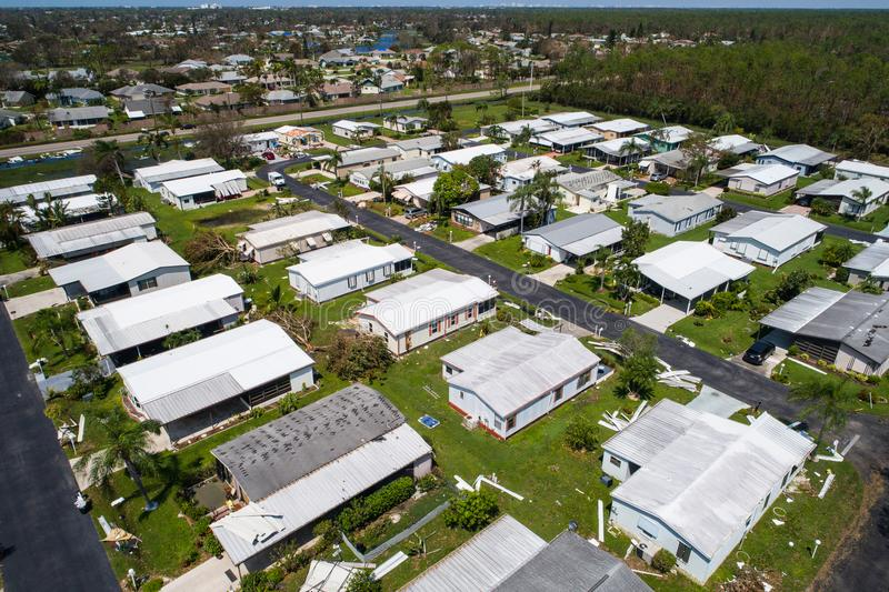 Sta-caravan na Orkaan Irma in Napels Florida de V.S. worden vernietigd die stock foto's