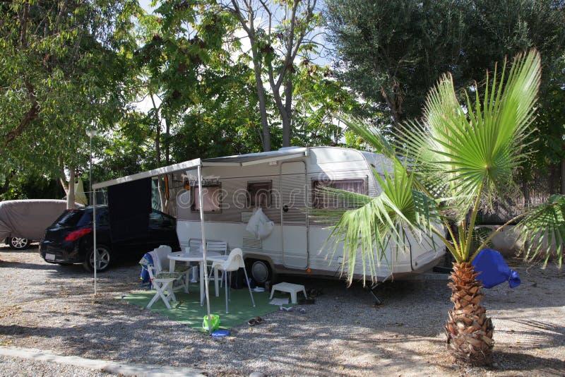 Sta-caravan op een het kamperen plaats stock afbeeldingen