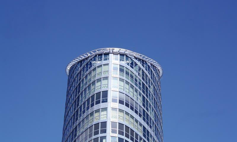 Staal en glasbureaublok tegen een blauwe hemel stock afbeeldingen