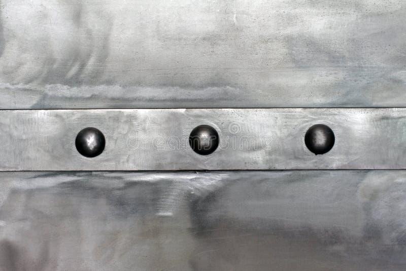 Staal glanzende plaat, met een horizontale die strook, door klinknagels wordt verbonden royalty-vrije stock fotografie