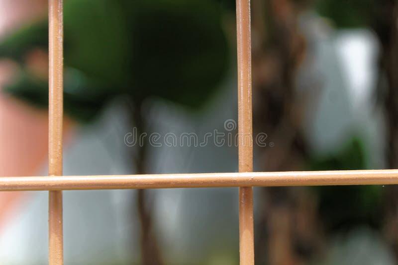 Staal oranje netten met onscherpe achtergrond voor website of mobiele apparaten stock foto's