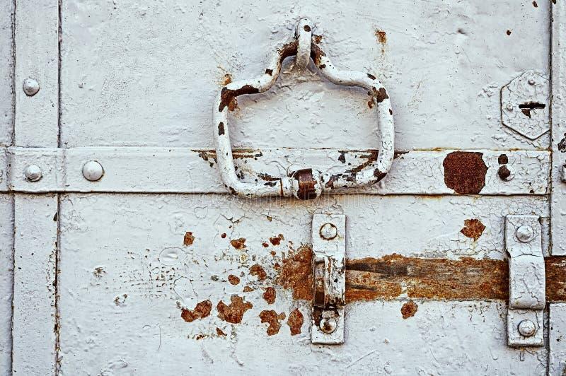 Staal verouderde geschilderde deur met roestige architecturale elementen royalty-vrije stock foto's