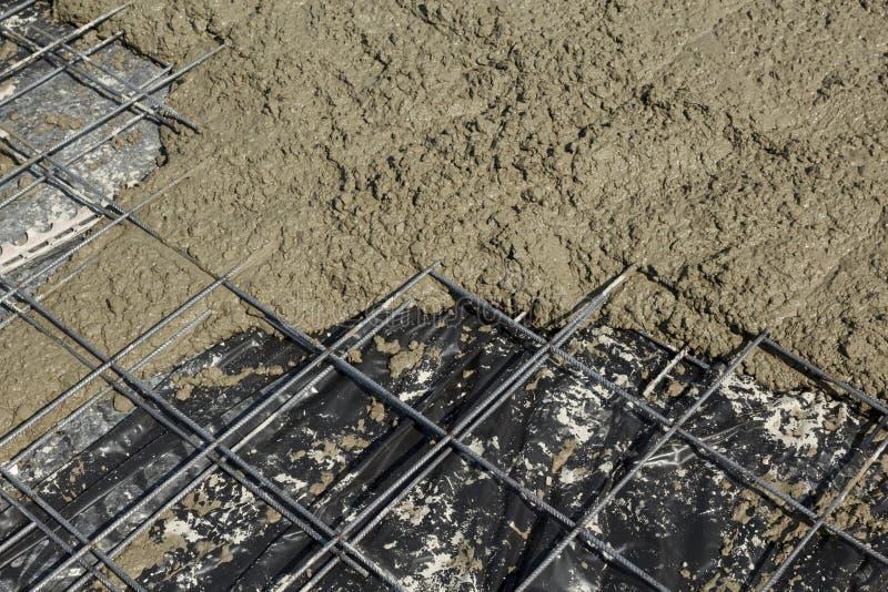 Staal versterkend netwerk met vers gegoten concrete plak stock afbeelding