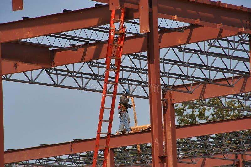 Staalarbeider op een plaats van de bouwbaan stock foto's
