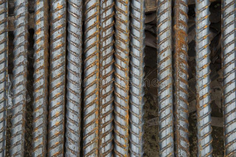 Staalbars Betonstaal het roestige staal verspert bouwmaterialen, in een bouwwerf stock afbeeldingen