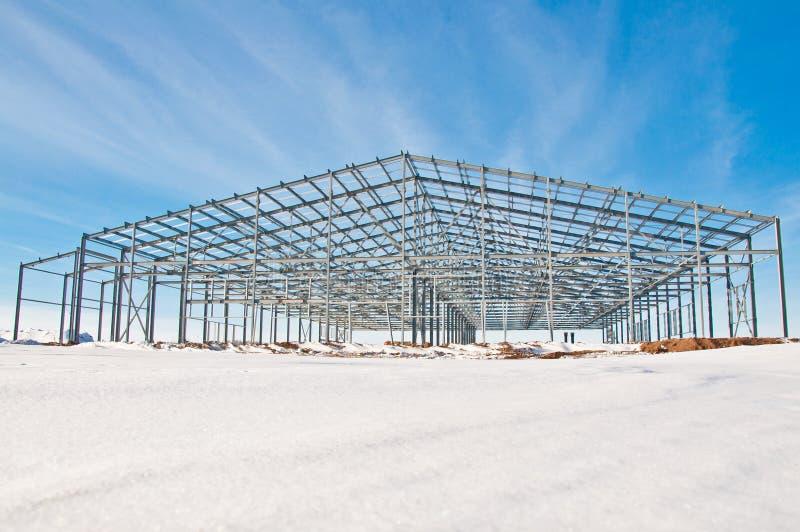 Staalbouw op de achtergrond van het de winterlandschap stock fotografie