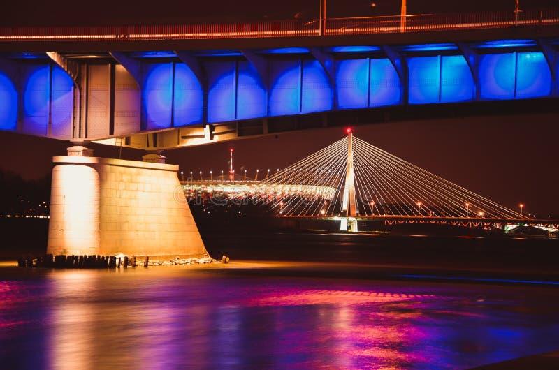 Staalbrug aan Warshau bij nacht Brug slasko-Dabrowski POLEN, WARSHAU royalty-vrije stock afbeelding