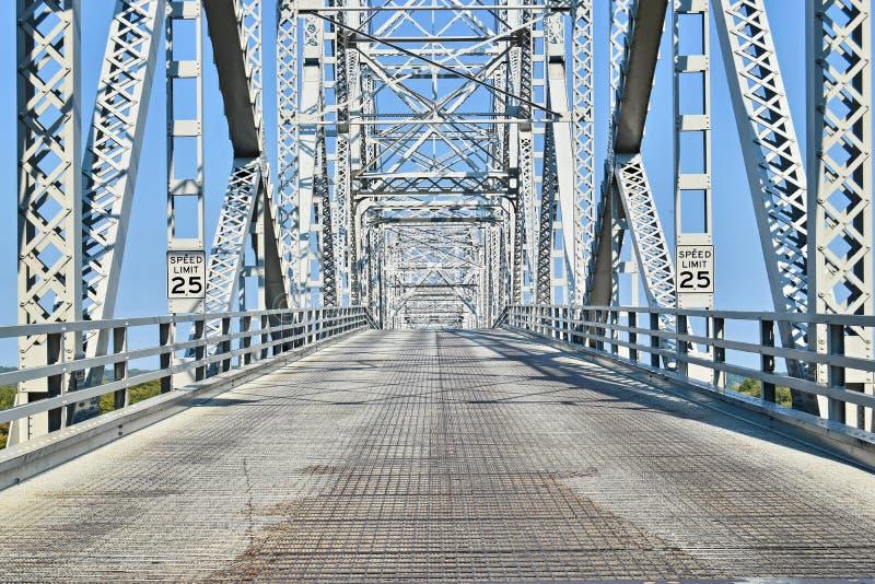 Staalbrug die een rivier kruisen stock foto