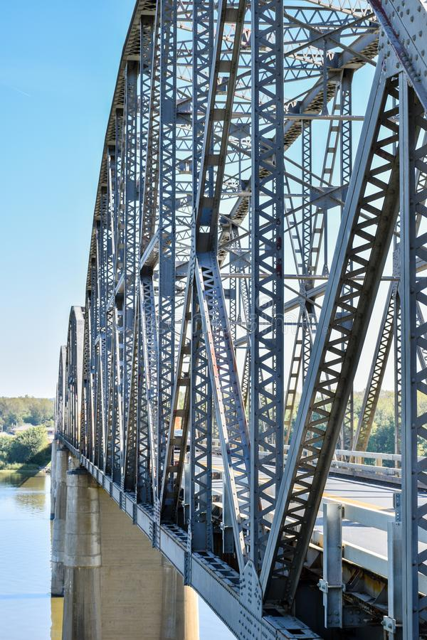 Staalbrug die een rivier kruisen stock foto's