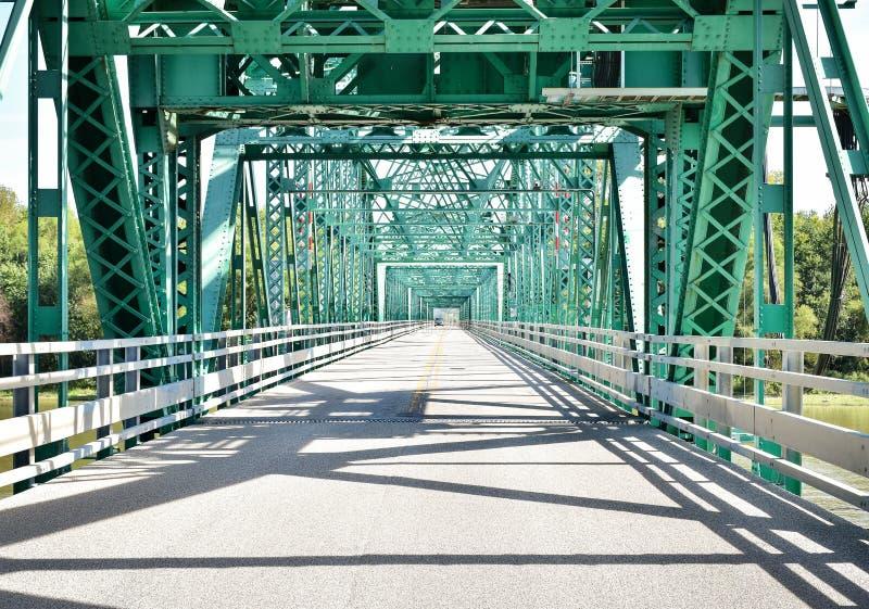 Staalbrug die een rivier kruisen stock afbeelding