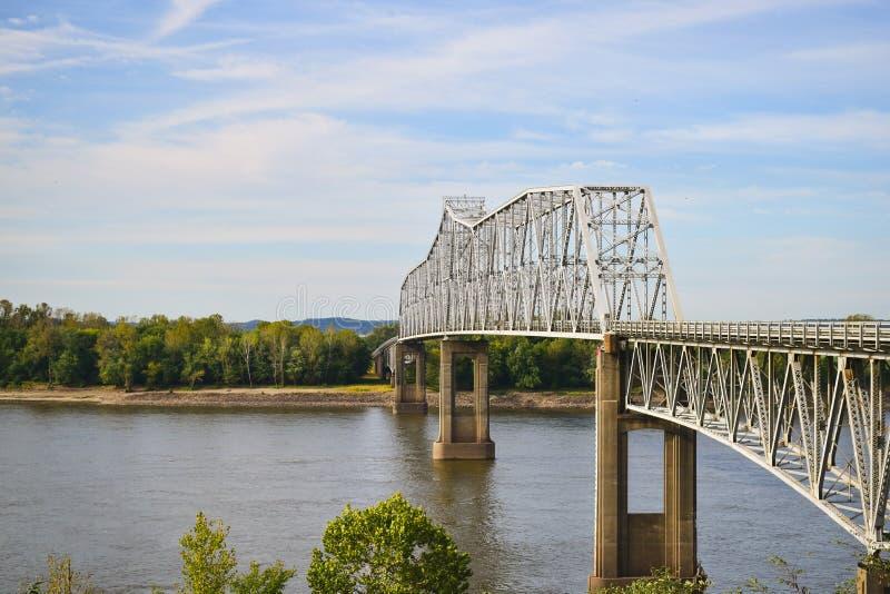 Staalbrug die een rivier kruisen stock afbeeldingen