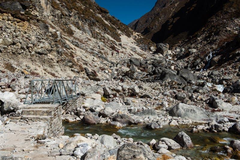 Staalbrug met klein meer op Everest-de trekkingsroute van het basiskamp stock foto's