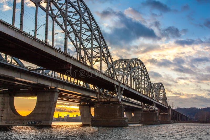Staalbrug over een rivier stock afbeeldingen
