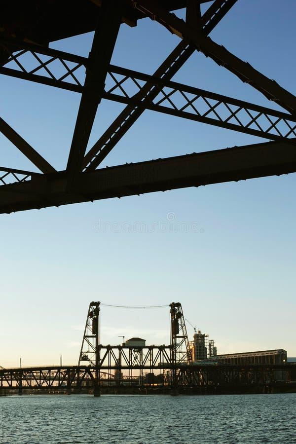 Staalbrug in Portland tijdens vroege zonsondergang stock foto