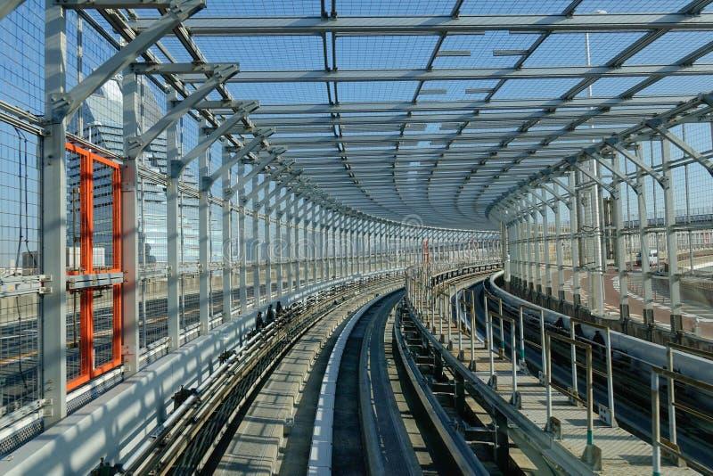 Staalbrug van de skytrainlijn in Tokyo, Japan stock foto