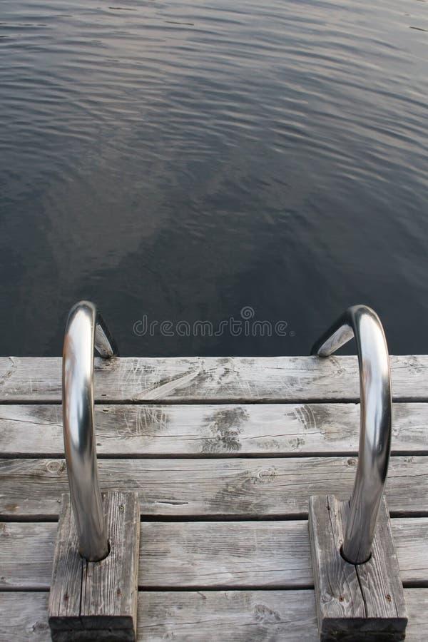 Staalladder op houten dok royalty-vrije stock foto