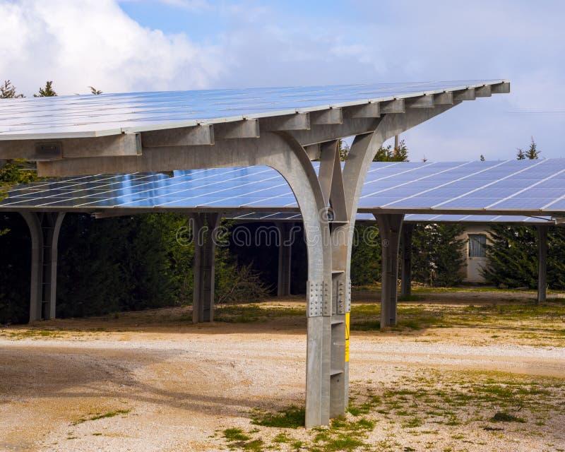 Staalloods met geïnstalleerde zonnepanelen royalty-vrije stock afbeelding