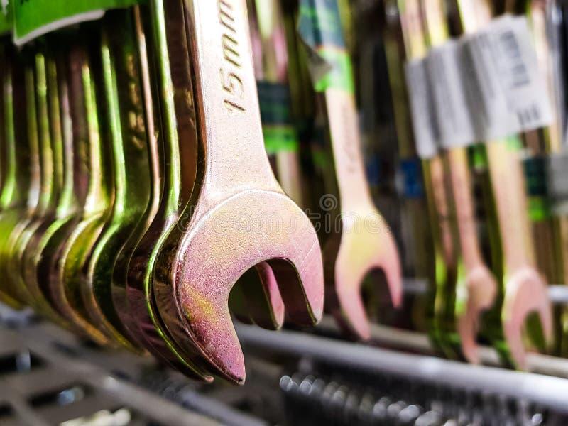Staalmoersleutels in de winkel Moersleutelverkoop stock afbeeldingen
