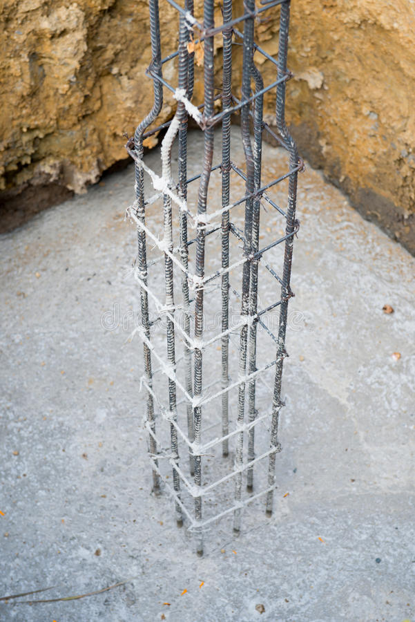 Staalstaaf wordt gebruikt om beton te versterken dat royalty-vrije stock fotografie