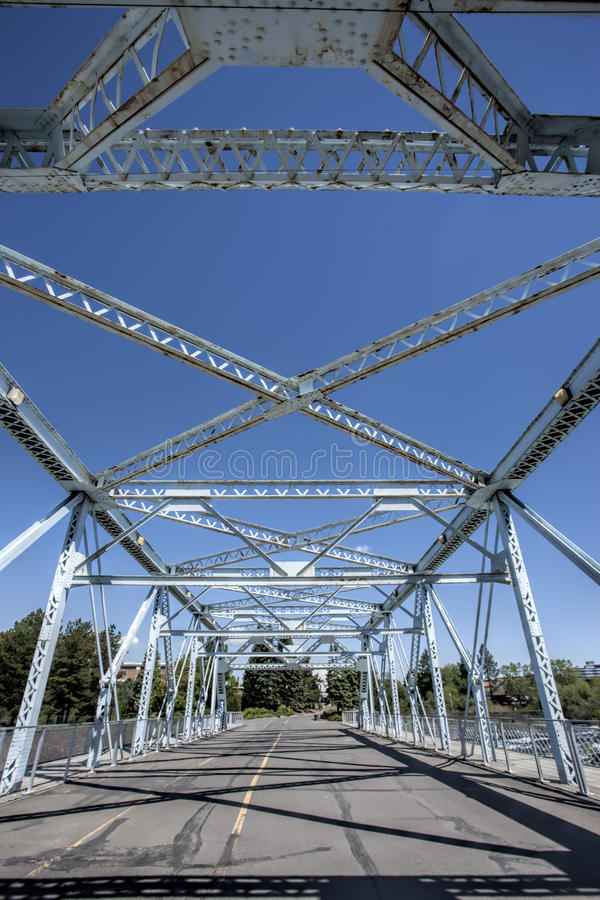 Staalstralen van een brug stock afbeeldingen