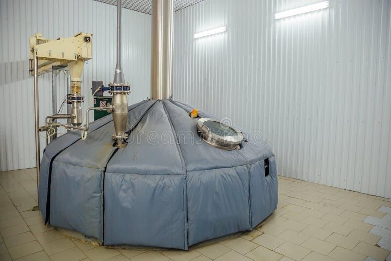 Staaltank voor brijgisting met gezichtsglas in moderne brouwerij stock afbeeldingen