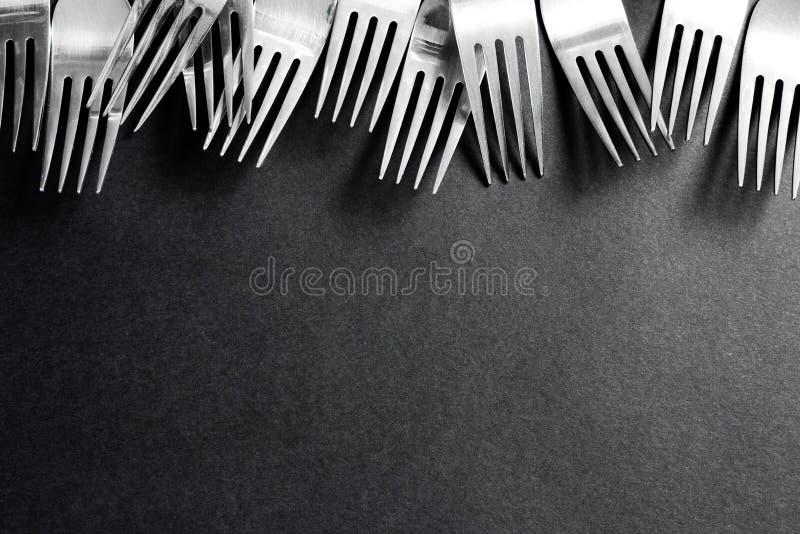Staalvork op een zwarte achtergrond stock afbeeldingen