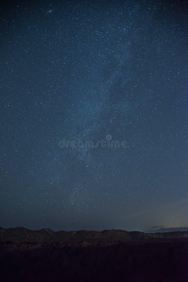 Staart van de Melkweg boven zandduinen royalty-vrije stock fotografie