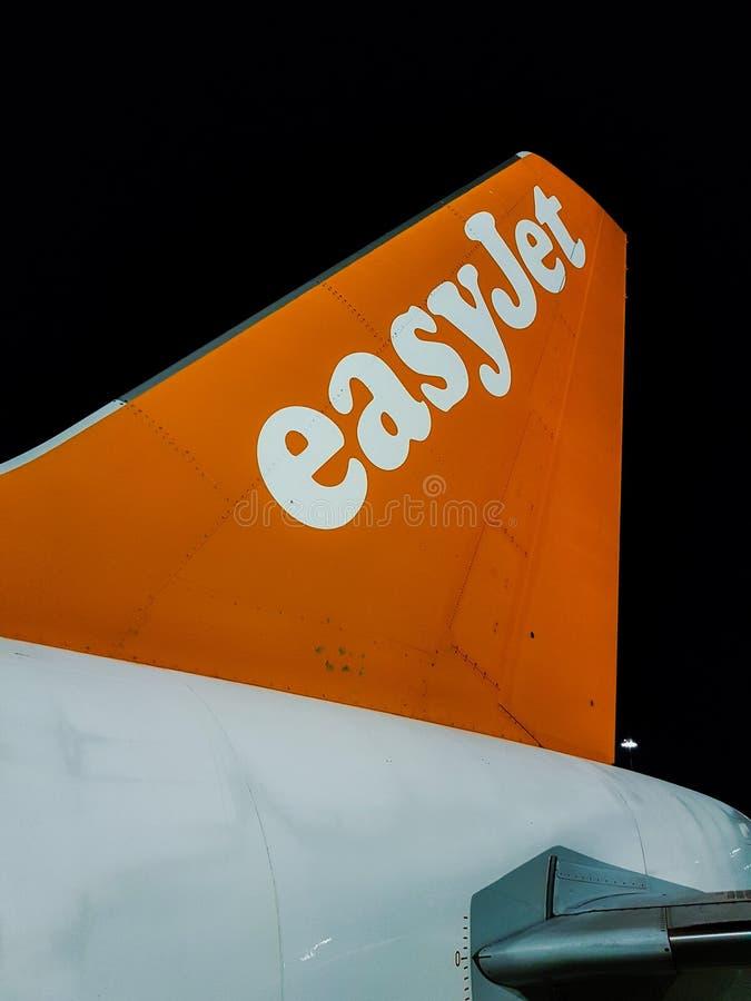Staart van een easyJetvliegtuig op de baan Gemakkelijke Straal die wordt geparkeerd royalty-vrije stock foto