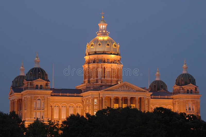 Staat Iowas-Kapital an der Dämmerung lizenzfreie stockfotos