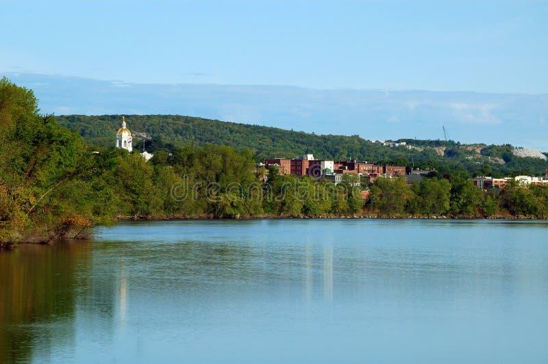 Staat New Hampshire-Haus über vom Fluss stockbild