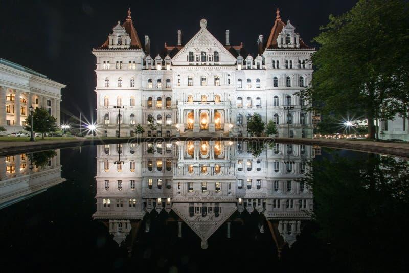 Staat New York-Kapitol-Gebäude nachts stockbild
