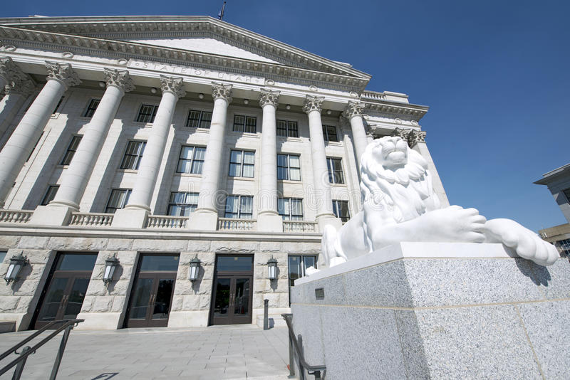 Staat Utah-Kapitol-Osteingang mit Lion On Right lizenzfreie stockfotos