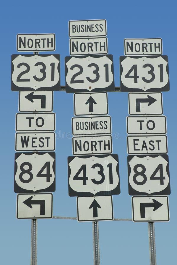 Staatliche Autobahn unterzeichnet das Zeigen in alle Richtungen in Südost-USA stockfotos