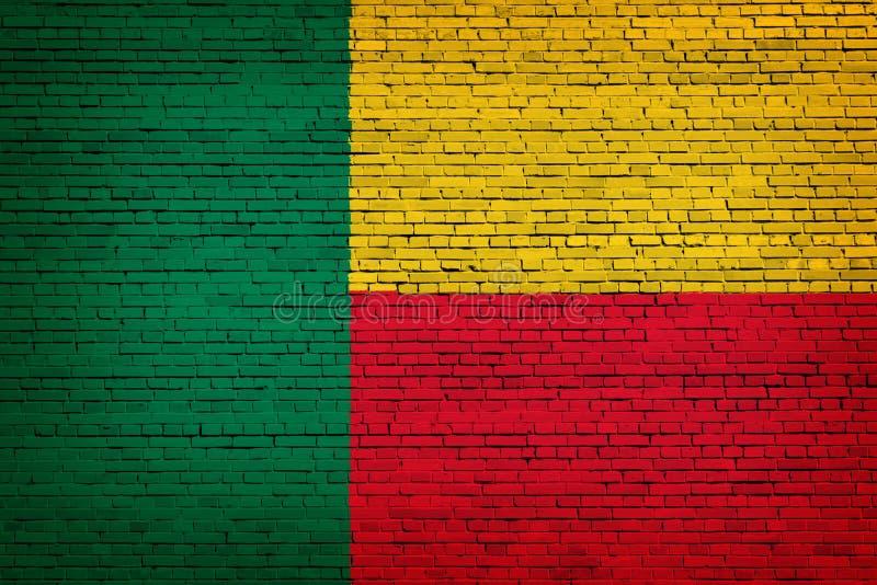 Staatsflagge von Benin auf einem Ziegelstein lizenzfreie abbildung