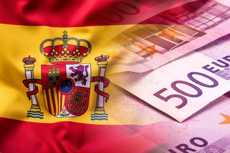 Staatsflagge von Spanien und von Eurobanknote - Konzept Stapel der Euromünzen Fokus auf Seil Fünf, 10 und fünfzig Eurobanknoten lizenzfreie stockfotografie