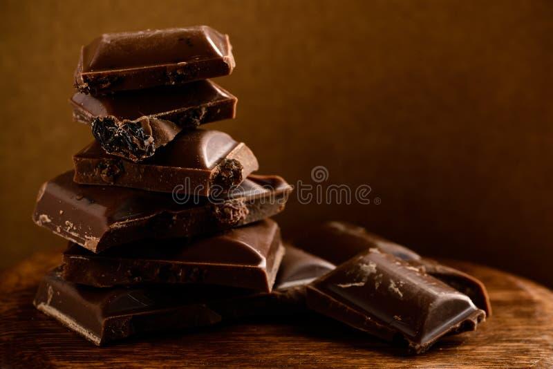 Stab der dunklen Schokolade Defekte Stücke Schokolade auf hölzernem Eber lizenzfreies stockfoto