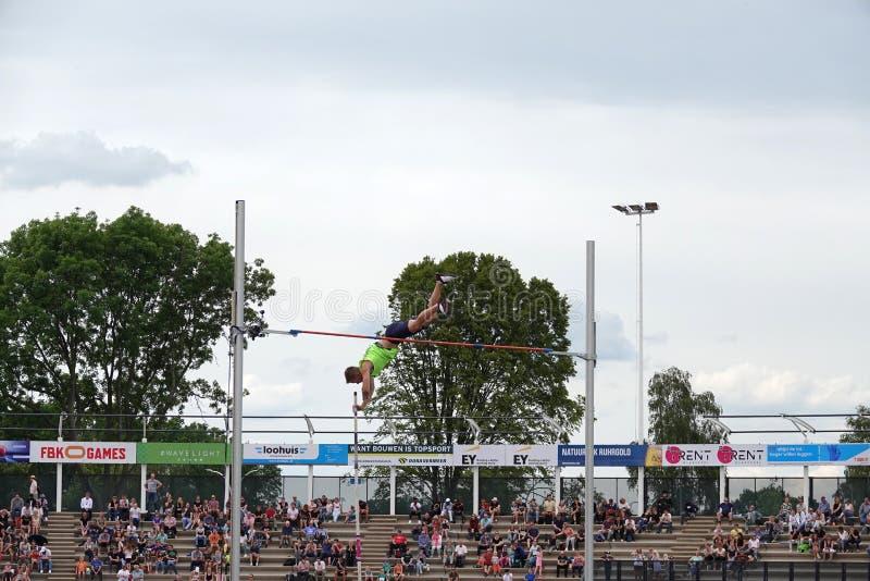 Stabhochsprungssprung von Scott Houston an FBK-Spielen in Fanny Blankers Koen Stadium in Hengelo lizenzfreie stockfotos