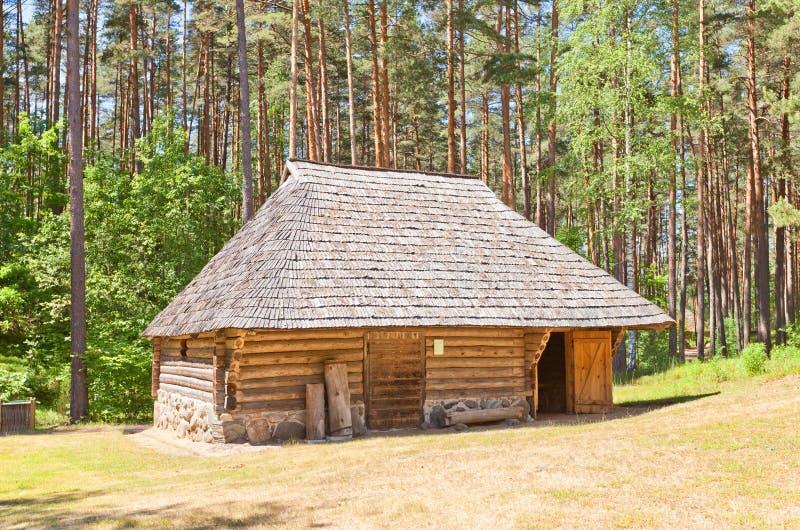 Stabiele circa negentiende c in Etnografisch Openluchtmuseum van Letland stock afbeeldingen