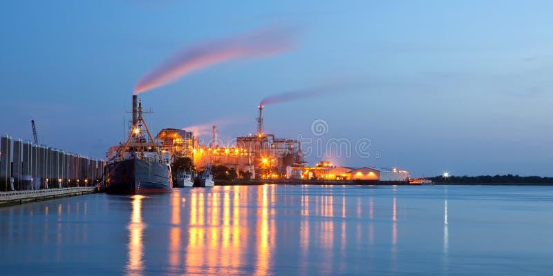 Stabilimento chimico con le navi fotografie stock libere da diritti