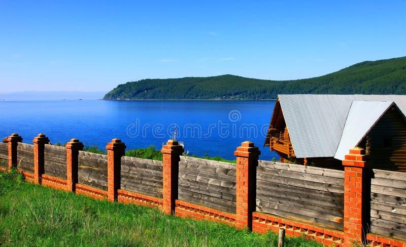 Stabilimento di Listvianka, lago Baikal, Russia. fotografia stock
