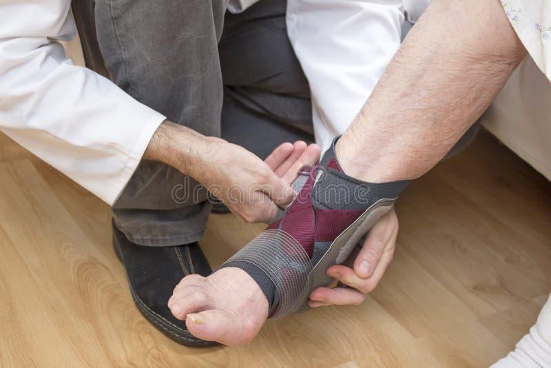 Stabilisateur de cheville placé sur la jambe de dame âgée image libre de droits