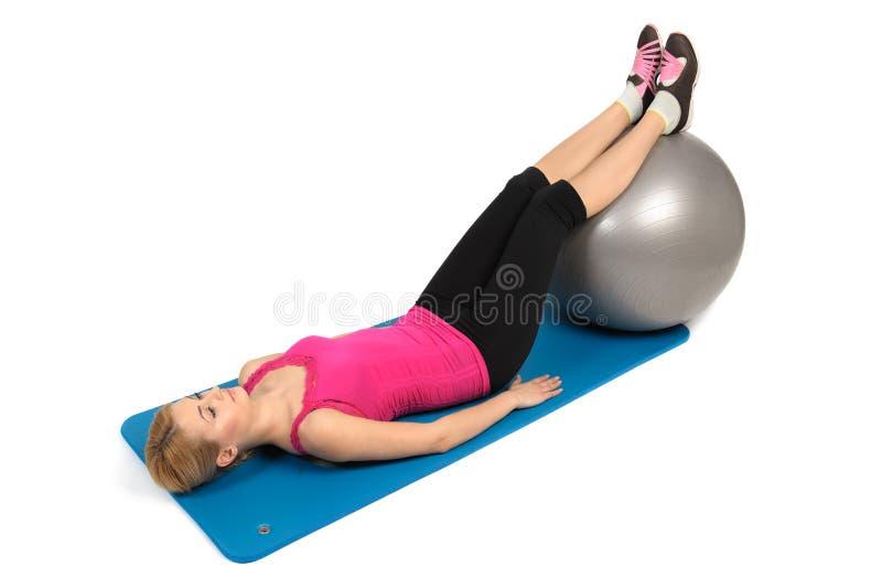 Stabilitäts-Eignungs-Ball-Bein-Locken, weibliche Kolben-Übung stockfotografie