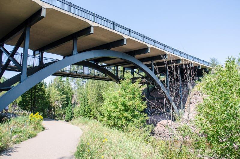 Stachelbeere fällt Brücke nahe den berühmten Wasserfällen des gleichen Namens in Nord-Minnesota lizenzfreie stockfotos